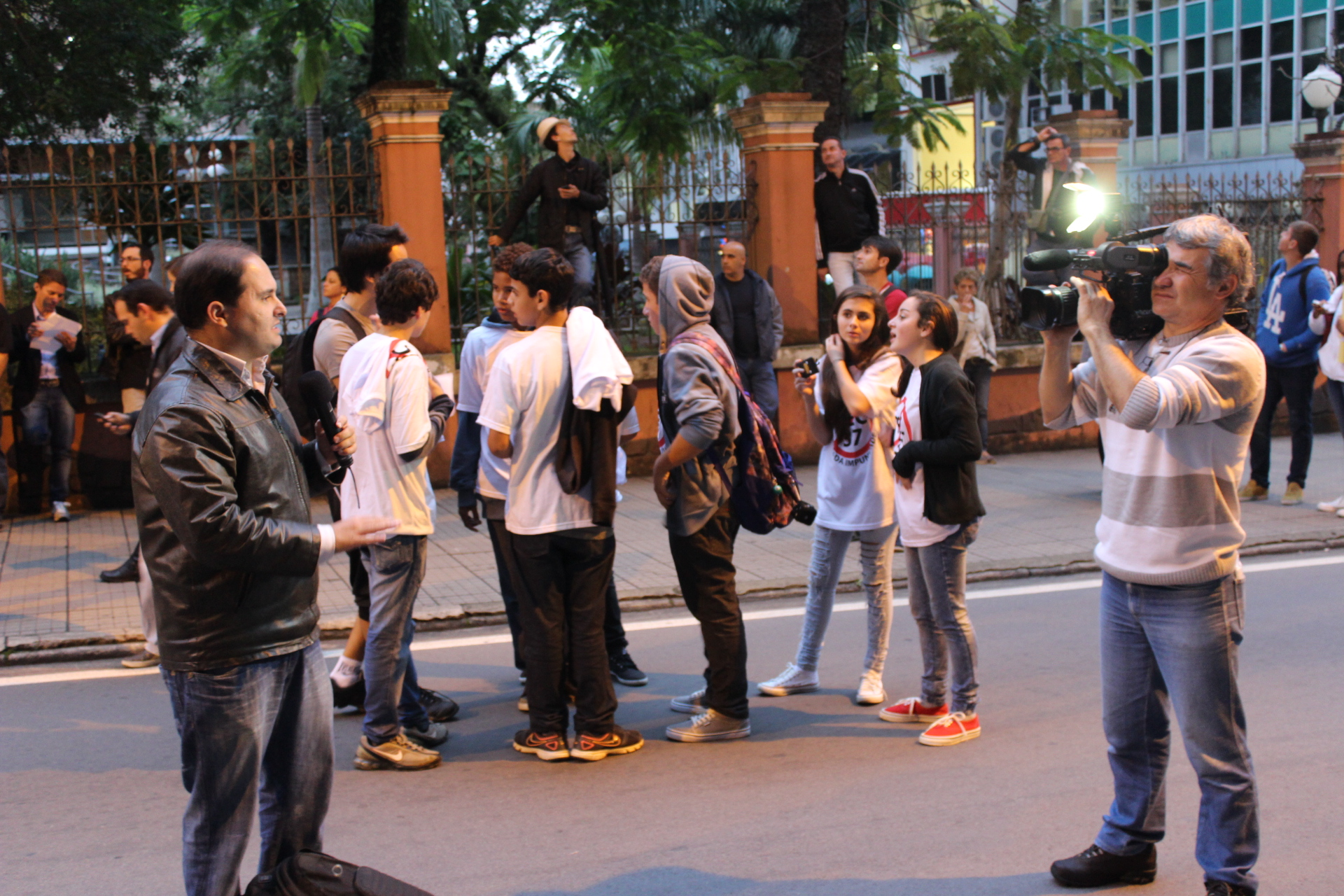 Enquanto a manifesta§£o ocorria na frente da prefeitura o reporter fazia uma chamada de uma outra matéria